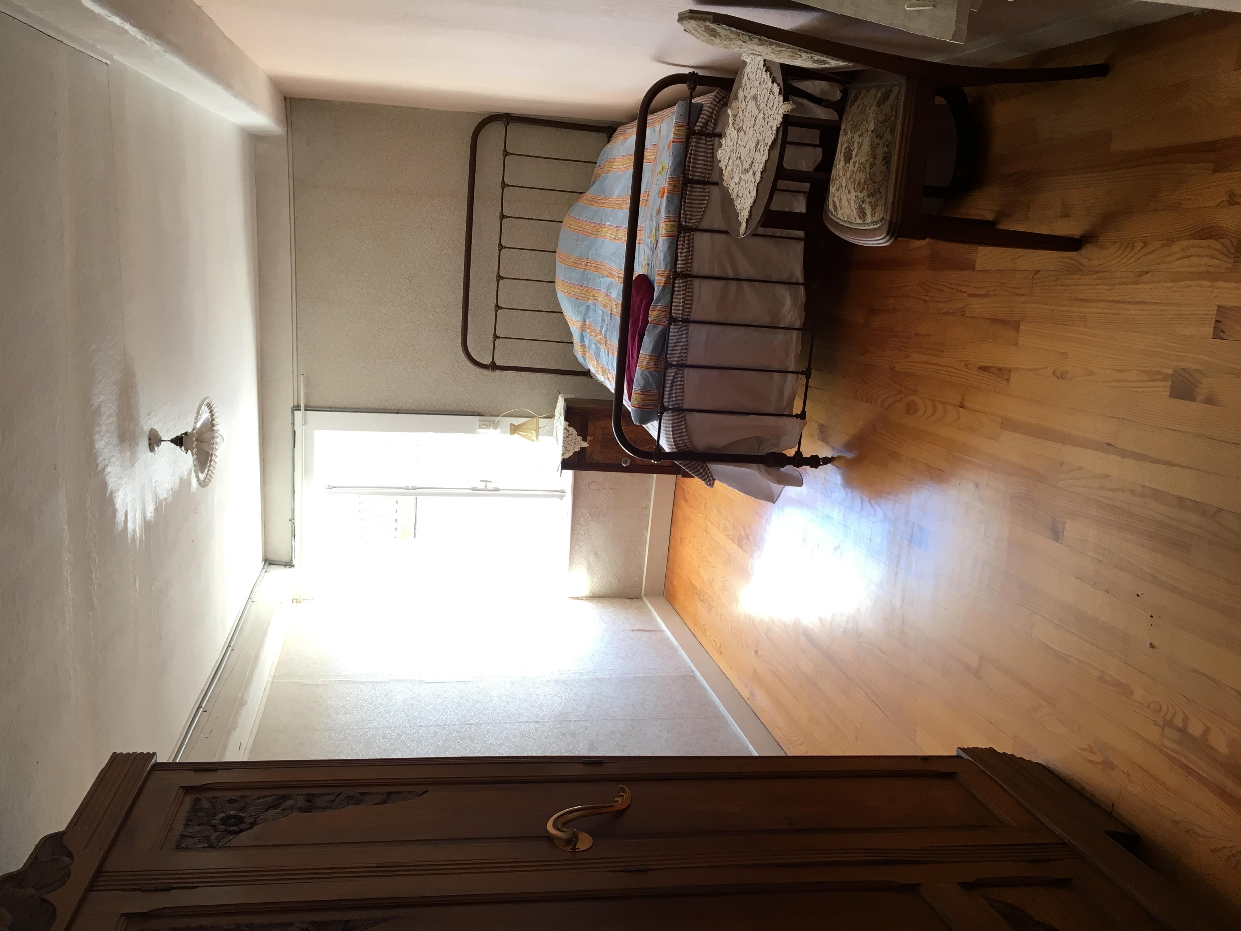 Kolla den klassiska, franska järnsängen! Möblerna i det här huset är fantastiska!