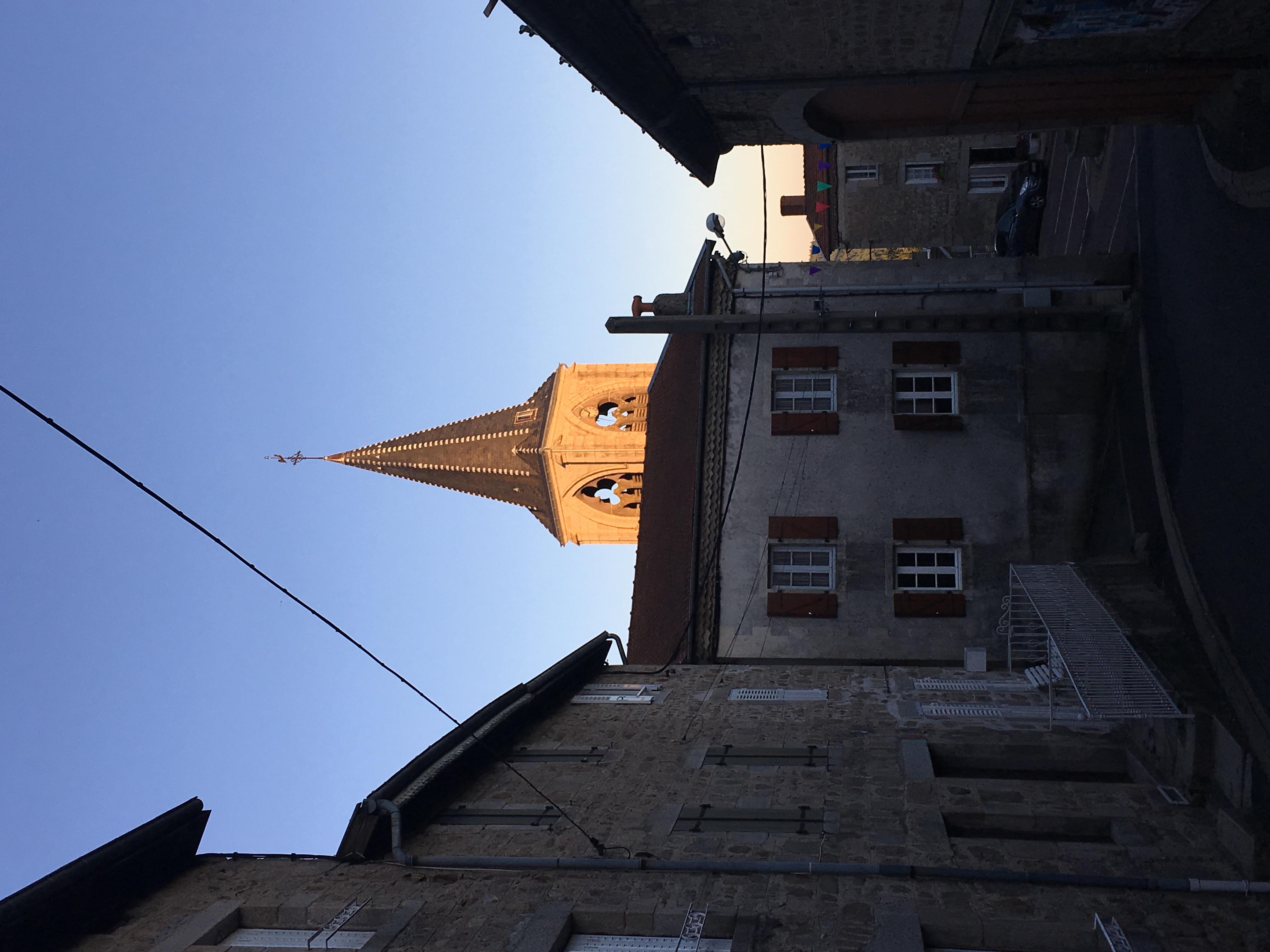 Vår närmaste granne kyrkan tittar fram bakom vår gavel.