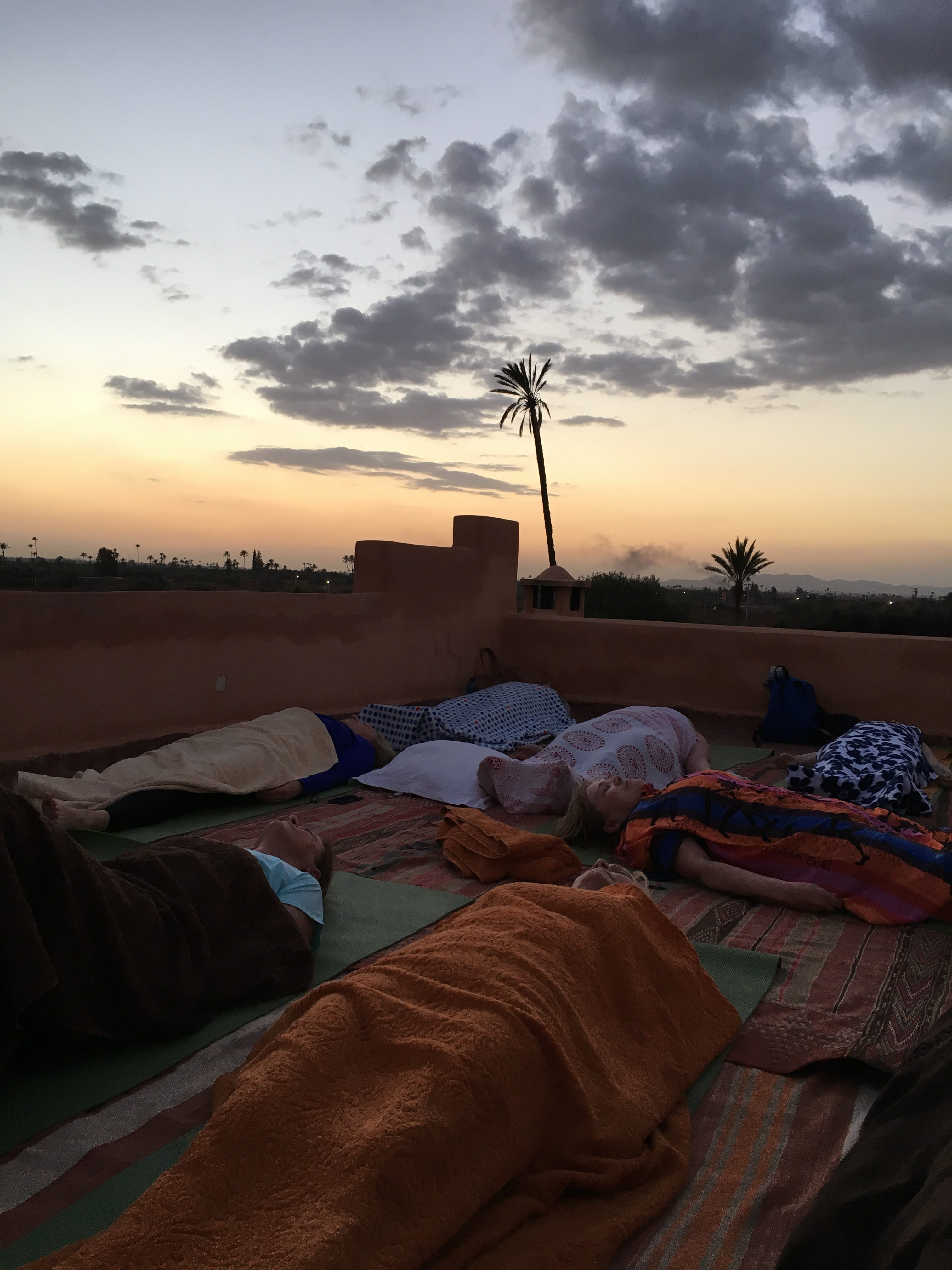 Välförtjänt savasana efter en låååång dag med upplevelser, och en dryg timmes yoga och meditation.