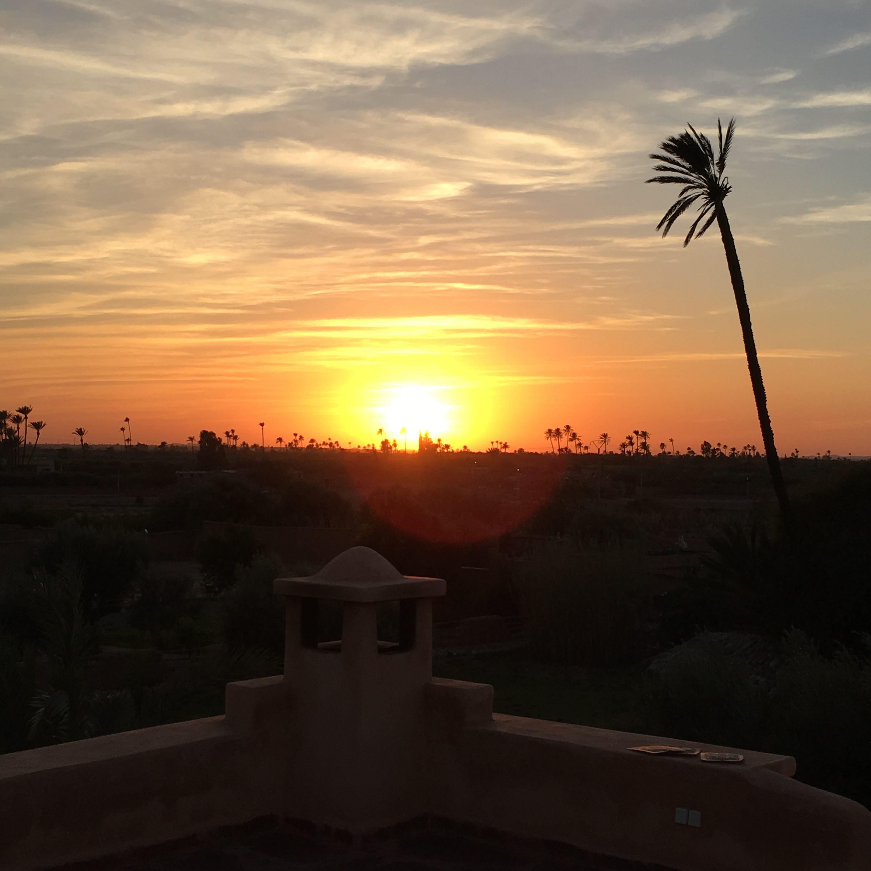 Yoga i solnedgången på hotellets terass.