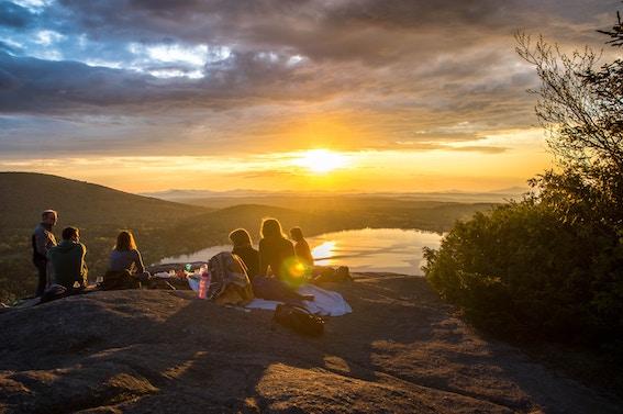 Det är augusti och jobbstartstider för de flesta av oss. Snart nafsar stressen oss i hasorna igen. Här är 4 sätt att behålla semesterkänslan!